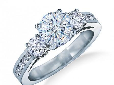 Nhẫn cưới vàng trắng đính kim cương sang trọng và nổi bật
