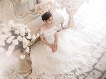 Váy cưới đẹp màu trắng trễ vai chất liệu ren cầu kỳ