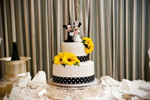 Bánh cưới đẹp 2 tầng màu trắng trang trí hoa hướng dương