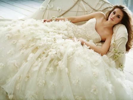 Váy cưới đẹp cúp ngực màu kem đuôi xòe bồng bềnh