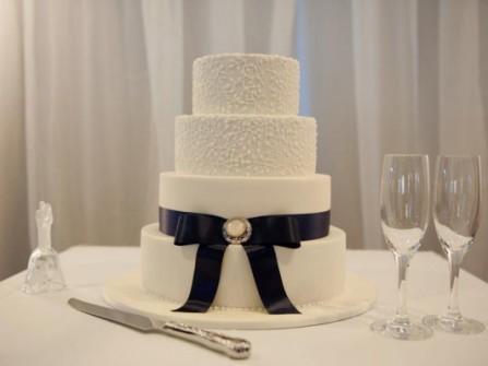Bánh cưới đẹp 4 tầng màu trắng trang trí ruy băng đơn giản