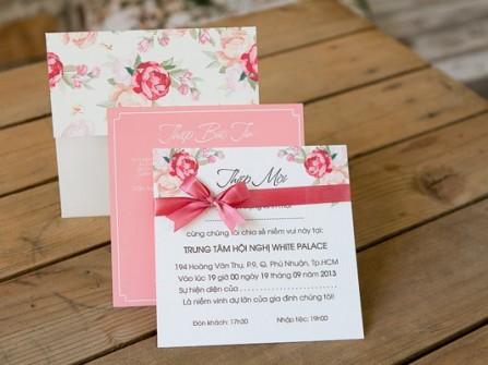 Thiệp cưới đẹp màu hồng phấn họa tiết hoa sang trọng
