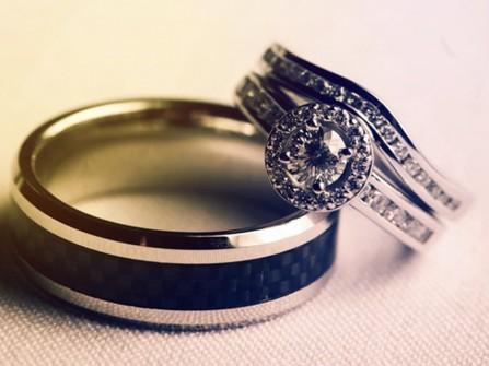 Nhẫn cưới vàng trắng đính đá và kim cương sang trọng