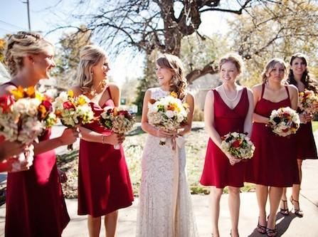 Váy phụ dâu dáng ngắn màu đỏ đô nổi bật