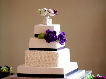Bánh cưới đẹp 4 tầng màu trắng trang trí hoa hồng tím