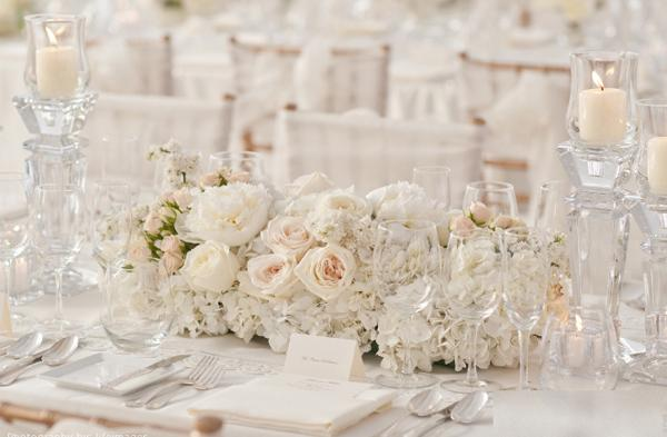 Hoa trang trí bàn tiệc màu trắng được kết từ hoa hồng và mẫu đơn