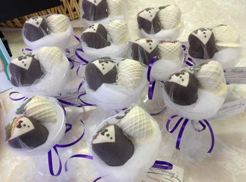 Quà cảm ơn khách mời: Chocolate bọc dâu tây hình cô dâu chú rể