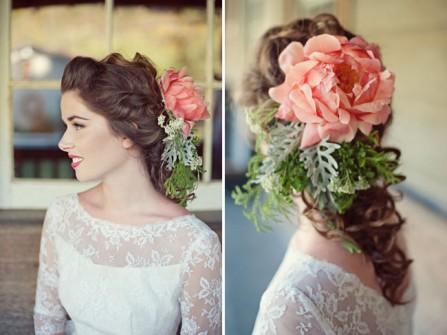 Tóc cô dâu thắt bím kết hợp phụ kiện hoa nổi bật