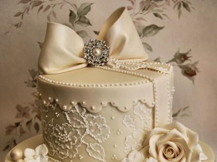 Bánh cưới đẹp màu kem phủ họa tiết ren sang trọng