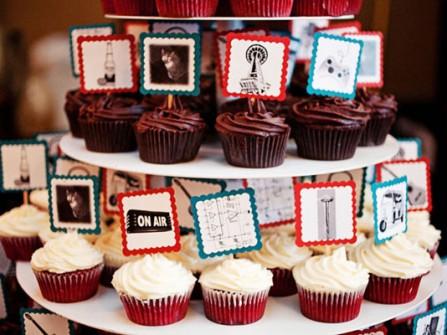 Quà cảm ơn khách mời: Bánh cupcake đính ảnh vui nhộn