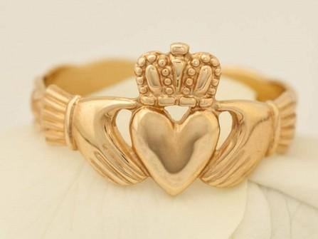 Nhẫn cưới vàng hình tượng hai bàn tay đỡ trái tim độc đáo