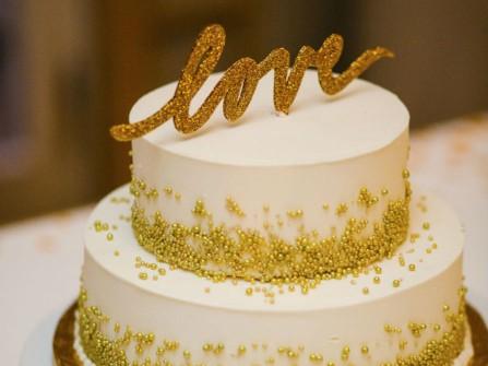 Bánh cưới đẹp màu trắng 2 tầng trang trí phụ kiện vàng đồng