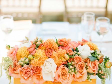 Hoa trang trí bàn tiệc màu cam kết từ hoa hồng và thược dược