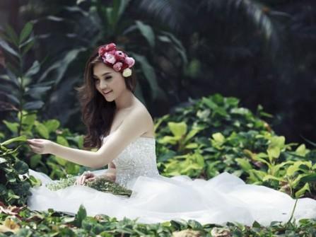 Tóc cô dâu uốn gợn sóng kết hợp hoa hồng lãng mạn