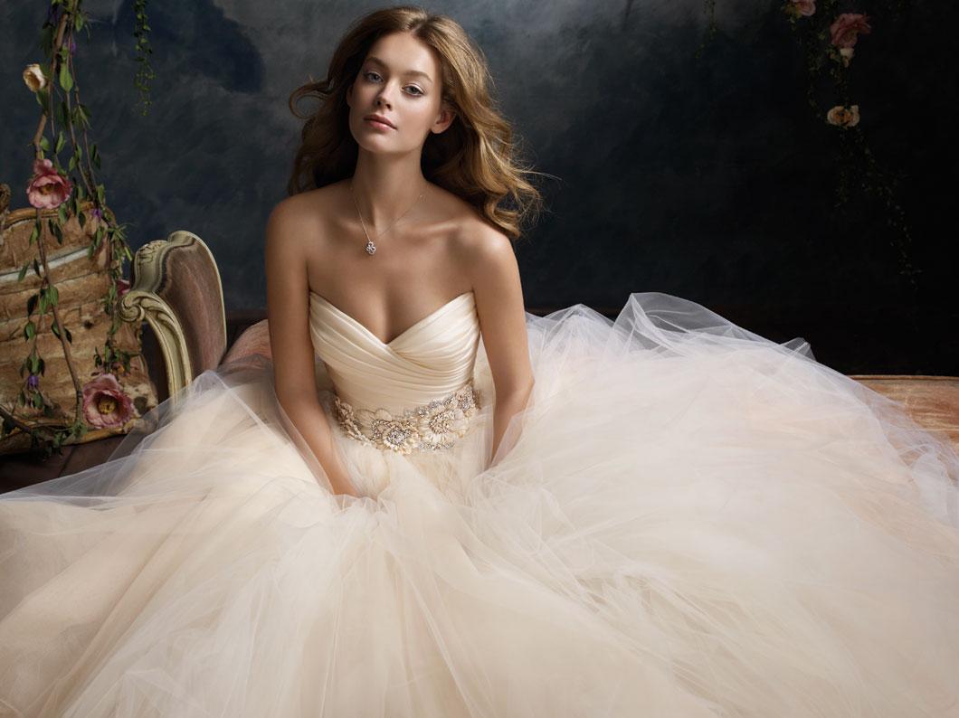 Váy cưới voan cúp ngực màu kem