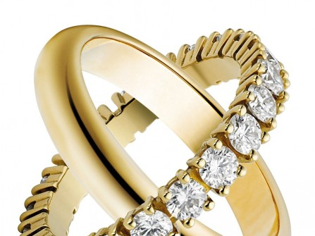 Nhẫn cưới vàng mặt trơn và đính kim cương sang trọng