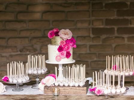 Bánh cưới đẹp màu trắng 2 tầng trang trí hoa hồng tươi
