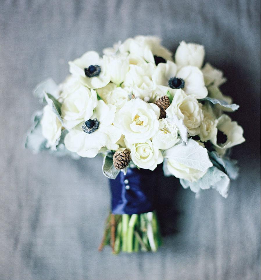 Hoa cầm tay cô dâu màu trắng kết từ hoa hồng và anh túc