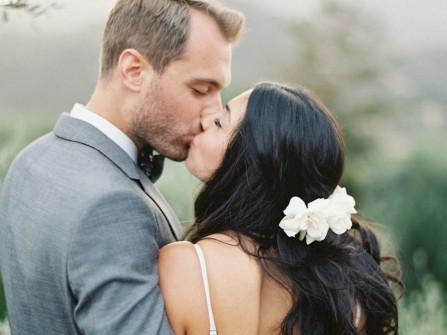Tóc cô dâu uốn gợn sóng cài hoa trắng lãng mạn