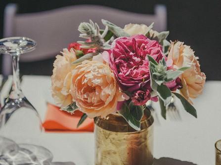 Hoa trang trí bàn tiệc kết từ hoa mẫu đơn nhiều màu sắc