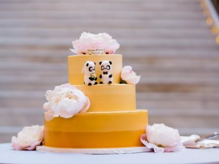 Bánh cưới đẹp 3 tầng màu vàng ombre trang trí hoa mẫu đơn