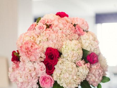 Hoa trang trí bàn tiệc màu hồng phấn kết từ cẩm tú cầu
