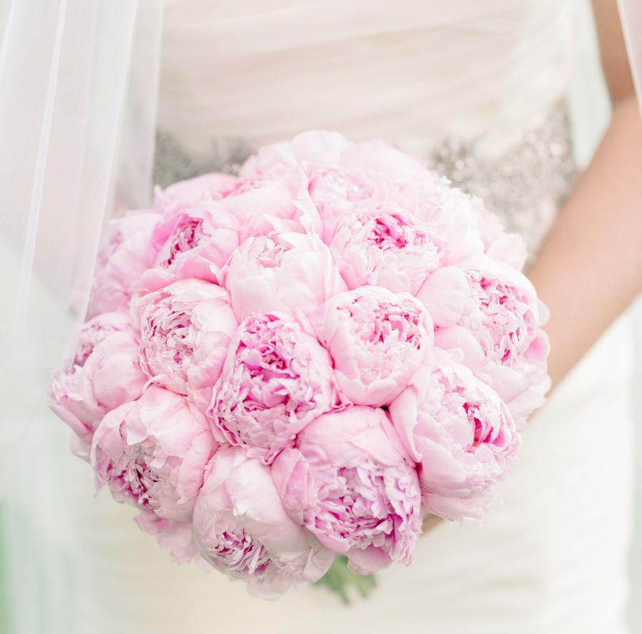 Hoa cầm tay cô dâu màu hồng kết từ hoa mẫu đơn hồng