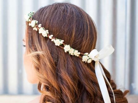 Tóc cô dâu xõa dài uốn lọn kết hợp vòng hoa