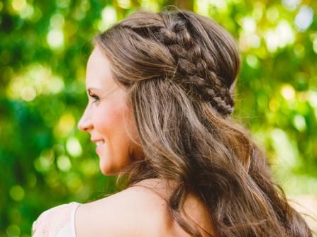 Tóc cô dâu uốn lọn thắt bím vòng quanh đầu