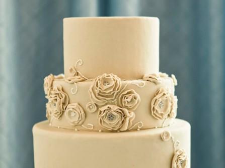 Bánh cưới đẹp 3 tầng màu kem đơn giản
