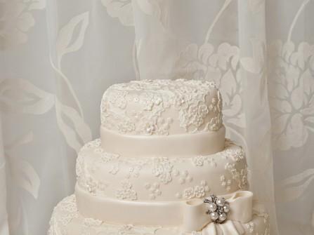 Bánh cưới đẹp 3 tầng họa tiết ren như váy cô dâu