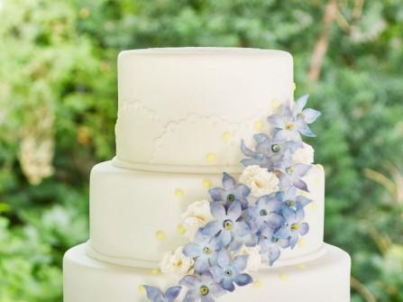 Bánh cưới đẹp 3 tầng kết hoa nhỏ màu xanh ngọt ngào