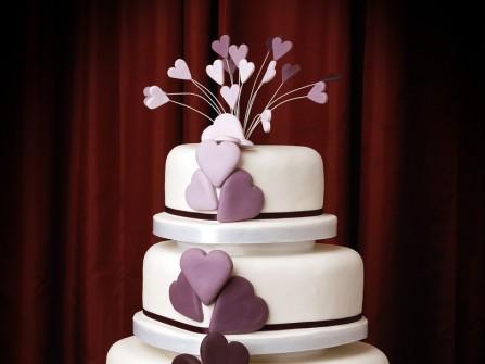 Bánh cưới 3 tầng màu trắng với trái tim màu tím