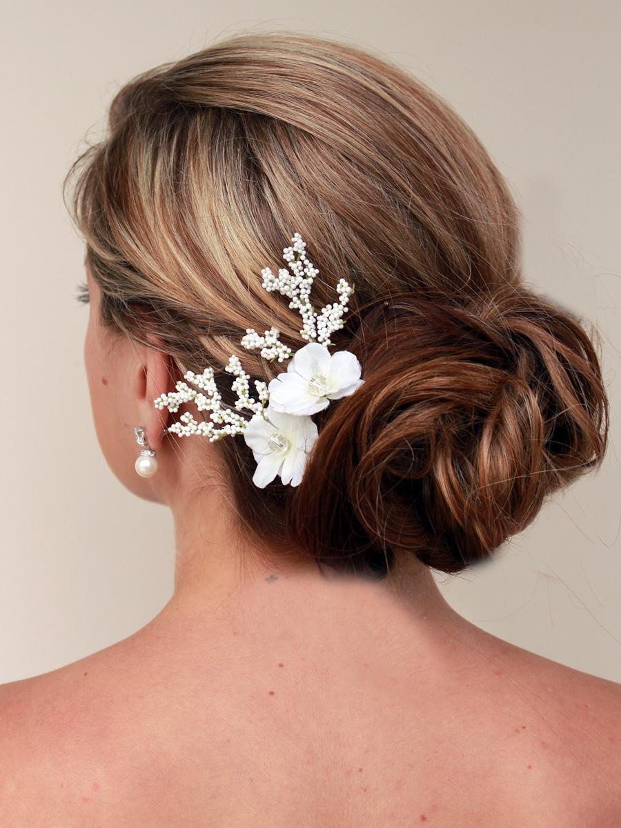 Tóc cô dâu búi thấp điểm hoa trắng đơn giản