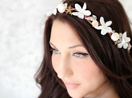 Tóc cô dâu cài băng đô hoa, ốc và sao biển
