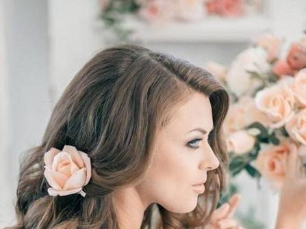 Tóc cô dâu uốn lọn bồng bềnh cài hoa hồng
