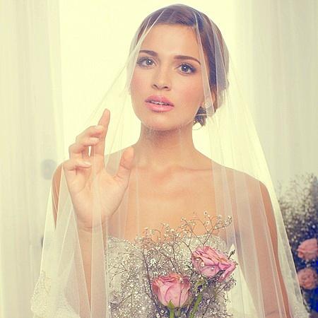 Tóc cô dâu búi nhẹ kết hợp lúp dài trong suốt