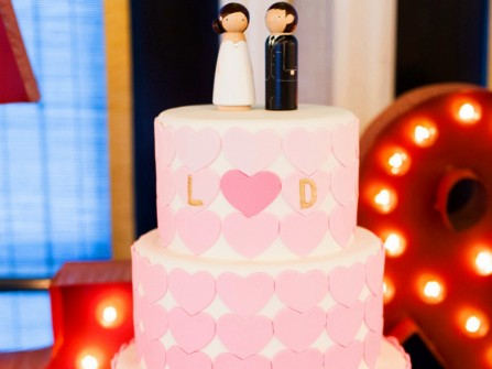Bánh cưới đẹp 3 tầng trang trí trái tim màu hồng ombre