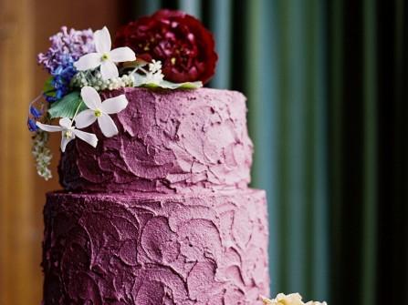 Bánh cưới đẹp 2 tầng màu tím kết hoa tươi