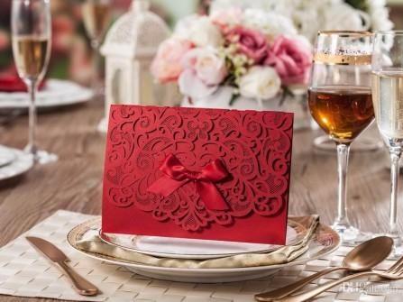 Thiệp cưới đẹp cắt laser màu đỏ đô họa tiết cổ điển