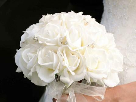 Hoa cưới cầm tay cô dâu kết từ đóa hồng trắng tinh khôi