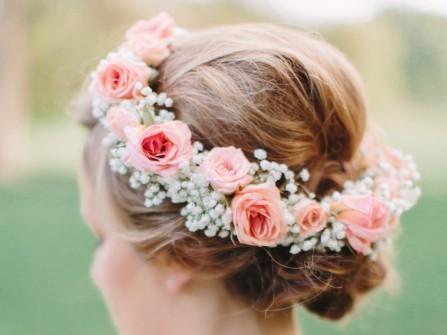 Tóc cưới đẹp búi thấp gọn điểm vòng hoa xinh