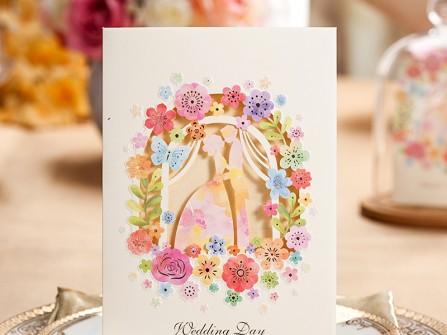 Thiệp cưới đẹp cắt laser họa tiết hoa và cô dâu chú rể