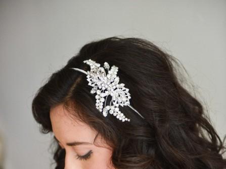 Tóc cưới đẹp uốn lọn tự nhiên cài tóc đính đá