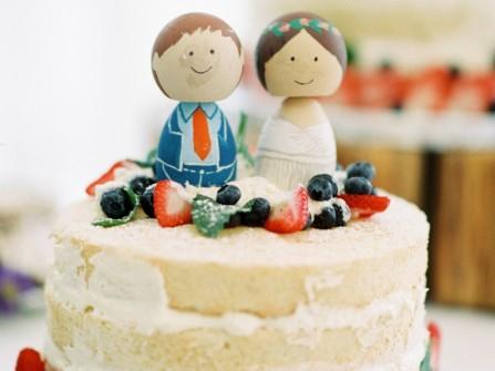 Bánh cưới đẹp dạng tròn hình cô dâu chú rể hạnh phúc