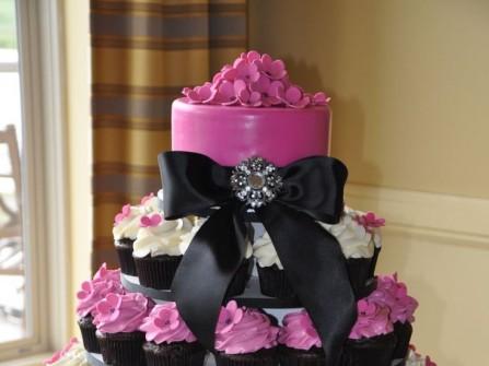 Bánh cưới đẹp hình váy cô dâu cách điệu từ cupcake