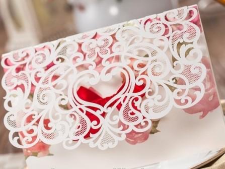 Thiệp cưới đẹp cắt laser biểu tượng trái tim cầu kỳ