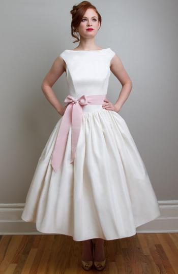 Váy cưới đẹp dáng ngắn màu trắng nhấn nơ hồng tự nhiên