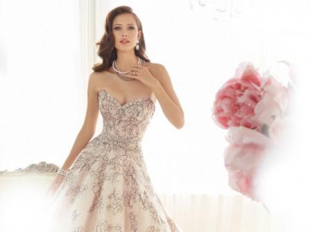 Váy cưới đẹp cúp ngực phủ voan họa tiết buông rơi