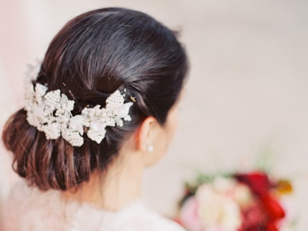 Tóc cưới đẹp búi răng lược cài phụ kiện hoa trắng